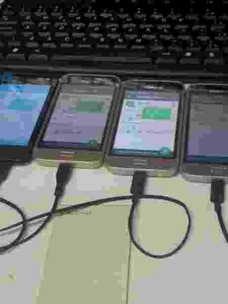 18.set.2019 - Celulares conectados a computador fazem envio de mensagens de WhatsApp em massa com a ajuda de robôs  - Reprodução