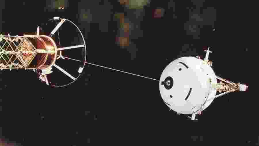 Implantação do Sistema de Satélite Amarrado 1 (TSS-1) pelo ônibus espacial Altantis em 1992; teste falhou na época - Divulgação/APOD Nasa