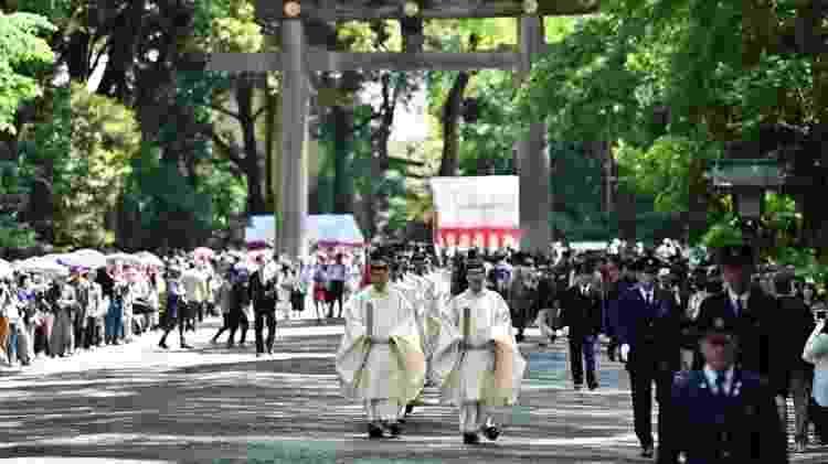 Sacerdotes xintoístas conduzem cerimônia em Tóquio - Getty Images via BBC
