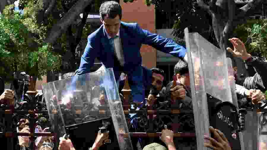 05.jan.2020 O líder da oposição na Venezuela, Juan Guaidó, é impedido de entrar na Assembleia Nacional, em Caracas. Ele foi eleito presidente do Parlamento por deputados contrários ao governo de Nicolás Maduro em uma sessão realizada na sede de um jornal na capital venezuelana - Federico Parra/AFP