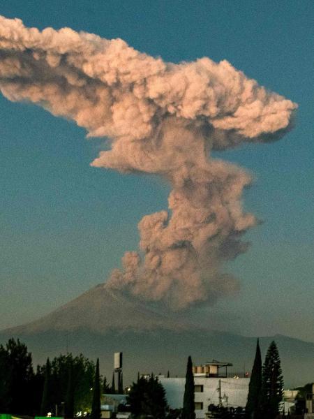 9.jan.2020 - Vulcão Popocatépetl cospe cinzas e fumaça, como se vê da cidade de Puebla, região central do México - Carlos Sanchez/AFP