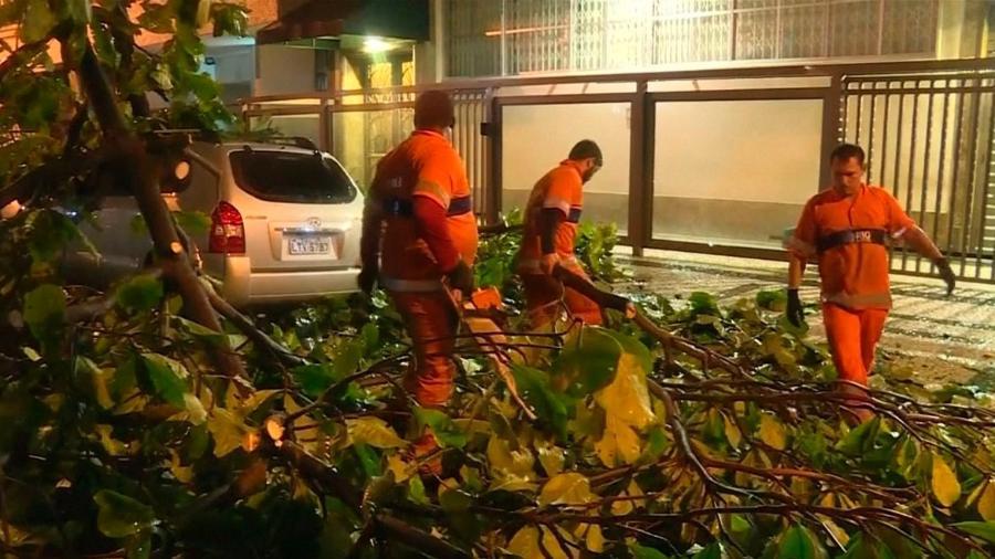Agentes de limpeza urbana removem galhos de árvores que caíram no Rio após a ocorrência de fortes chuvas na cidade - Reuters