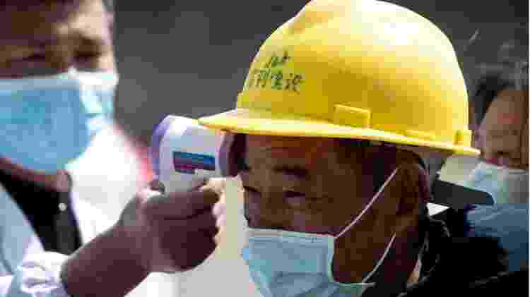 Homem tem temperatura medida na China - AFP - AFP
