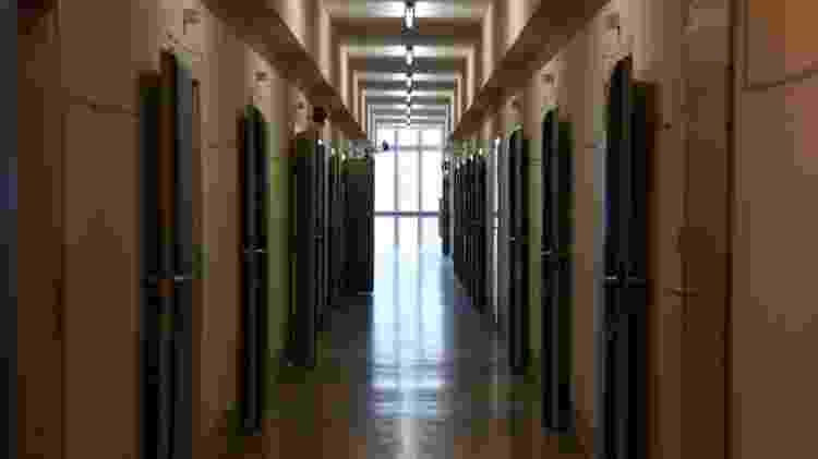 Corredores do centro de detenção da Stasi: órgão era o mais temido da Alemanha Oriental - BBC - BBC