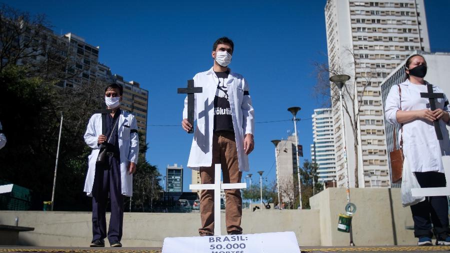 Profissionais da saúde fazem um ato no centro de São Paulo em solidariedade às vítimas da pandemia do novo coronavírus - LINCON ZARBIETTI/AGIF