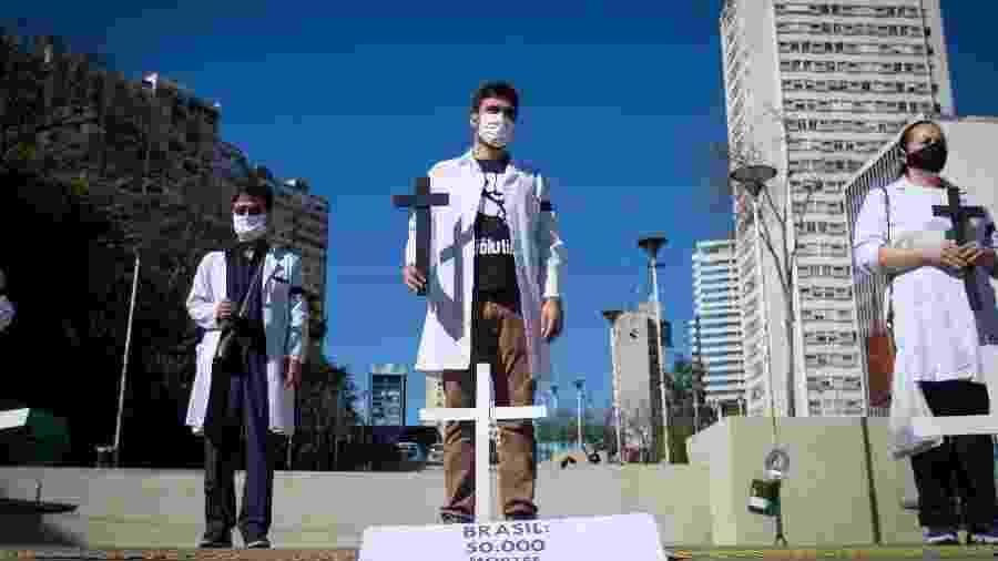 21.jun.2020 - Profissionais da saúde fazem um ato no centro de São Paulo em solidariedade às vítimas da pandemia - LINCON ZARBIETTI/AGIF