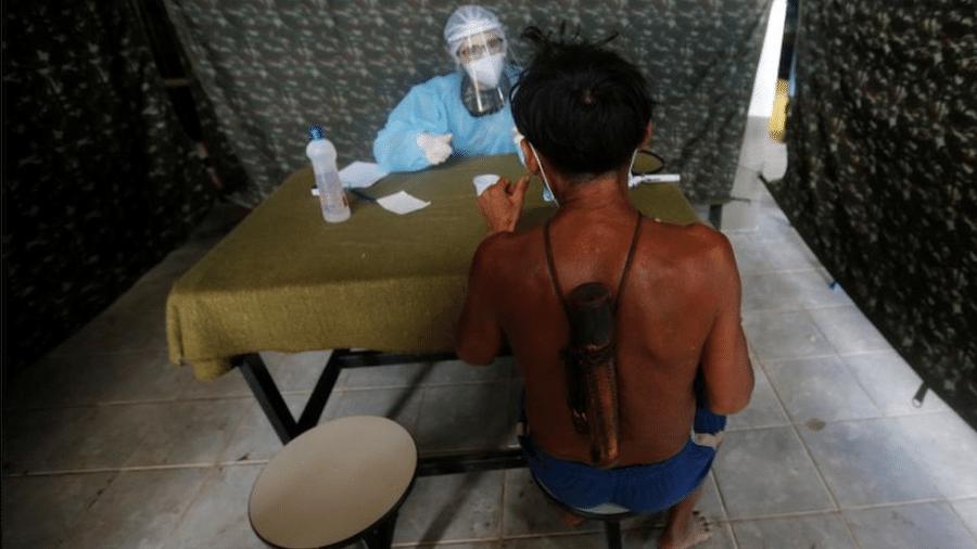 Homem do povo yanomami é atendido em Alto Alegre, Roraima; plenário do STF deve se debruçar sobre pauta acerca do papel do governo federal na proteção das terras indígenas na pandemia de coronavírus - Adriano Machado/Reuters