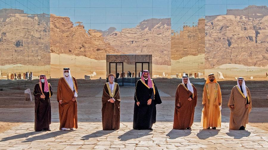 5.jan.2021 - Imagem divulgada pelo Palácio Real Saudita mostra autoridades posando para fotos antes da sessão de abertura da 41ª cúpula do Conselho de Cooperação do Golfo (GCC) na cidade saudita de al-Ula - AFP PHOTO / SAUDI ROYAL PALACE / BANDAR AL-JALOUD