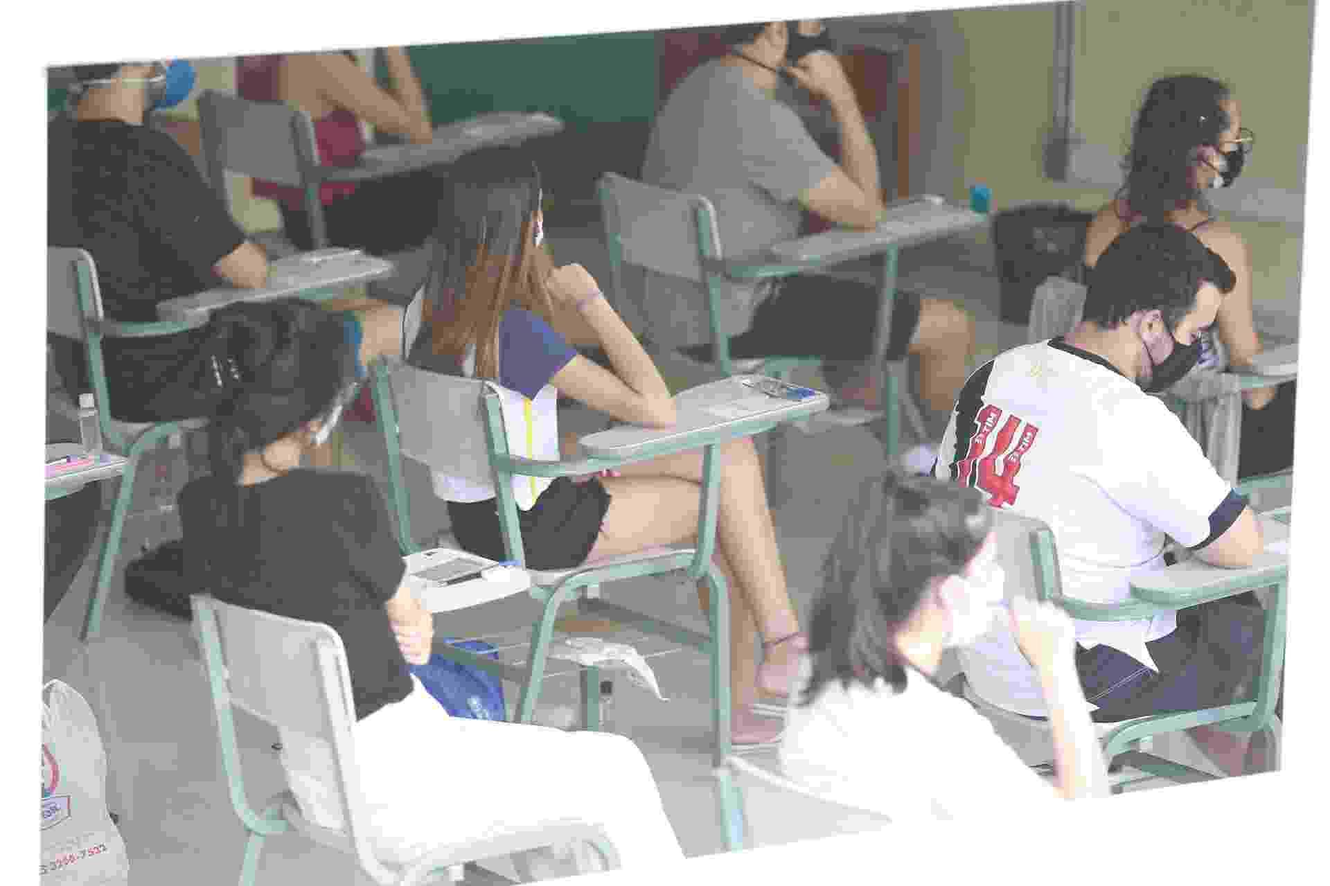 10.jan.2021 - Estudantes aguardam o início da primeira fase da Fuvest em sala na PUC de Campinas, no interior de São Paulo - Leandro Ferreira/Fotoarena/Estadão Conteúdo