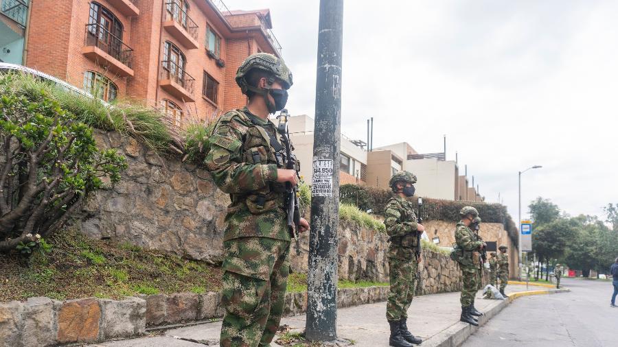 3 mai. 2021 - Em Bogotá, na Colômbia, militares patrulham uma rua ocupada por protestantes contra a reforma tributária e o governo de Iván Duque - Daniel Garzon Herazo/NurPhoto via Getty Images