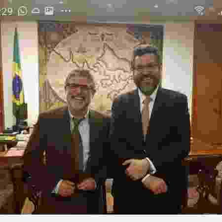 O biólogo Marcelo Hermes Lima ( à esq.) ao lado do então chanceler, Ernesto Araújo, em foto, segundo Lima, de uma audiência concedida em 2019 no Itamaraty - Reprodução/Facebook - Reprodução/Facebook