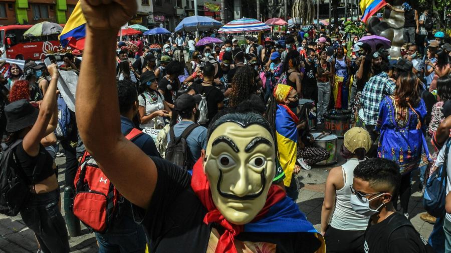 5.jun.2021 - Manifestantes protestam contra o governo do presidente Iván Duque em Medellín, na Colômbia - Joaquin Sarmiento/AFP