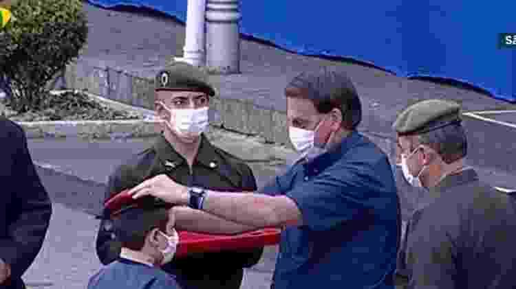 Bolsonaro entrega boina vermelha a novo aluno de Colégio Militar - Reprodução/TV Brasil - Reprodução/TV Brasil