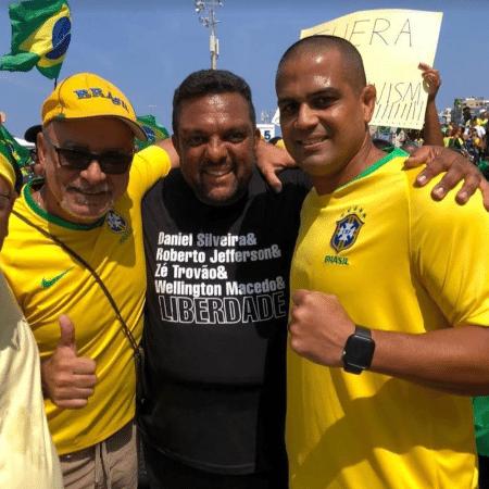 Fabrício Queiroz (à esquerda), Otoni de Paula (centro) e Chagas Bola, na manifestação em Copacabana - Reprodução/Instagram