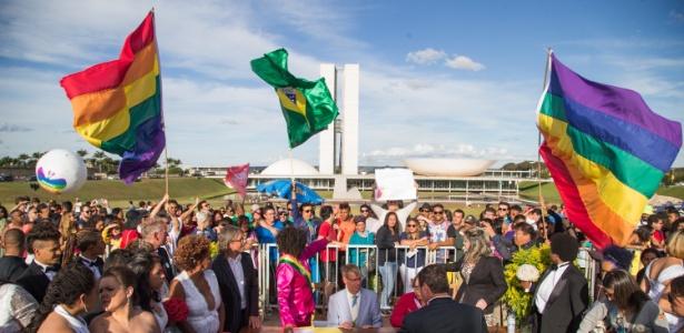 Casais homossexuais se casam em frente ao Congresso Nacional, em Brasília