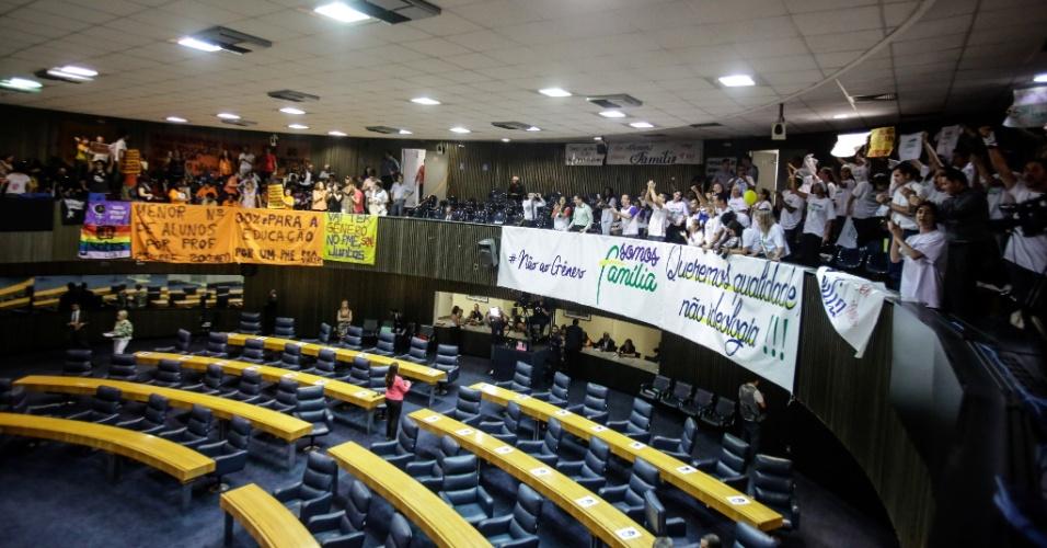 11.ago.2015 - Manifestantes contrários e a favor da inclusão das identidades de gênero ao PME (Plano Municipal da Educação), que será votado na tarde desta terça-feira, protestam dentro do plenário da Câmara Municipal de São Paulo (SP)