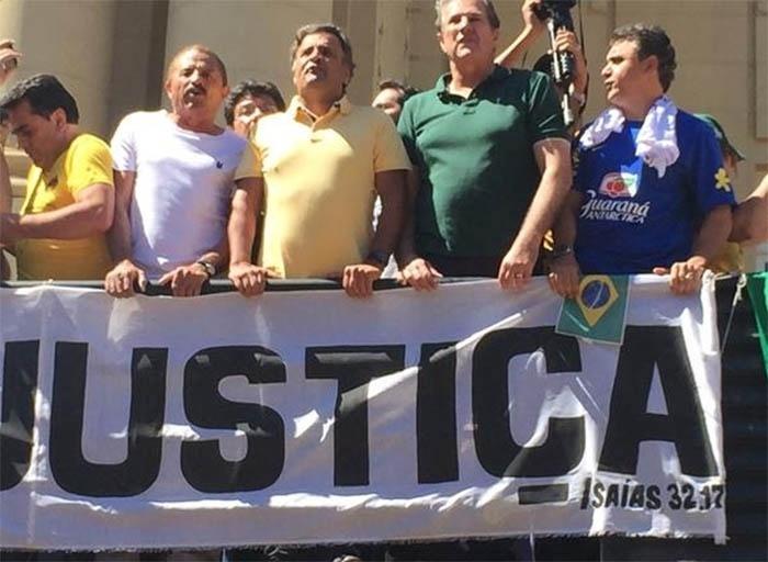"""O senador Aécio Neves (PSDB) participa de manifestação na praça da Liberdade, em Belo Horizonte, neste domingo (16). """"Chega de tanta corrupção, o meu partido é o Brasil"""", disse Aécio, em cima de um trio elétrico. É a primeira vez que o senador participa de um protesto contra a presidente Dilma Rousseff. Nos outros dois grandes atos organizados neste ano, o PSDB não apoiou oficialmente as manifestações, como fez agora. A imagem foi publicada pelo deputado federal Marcus Pestana (PSDB-MG) em seu perfil no Twitter"""