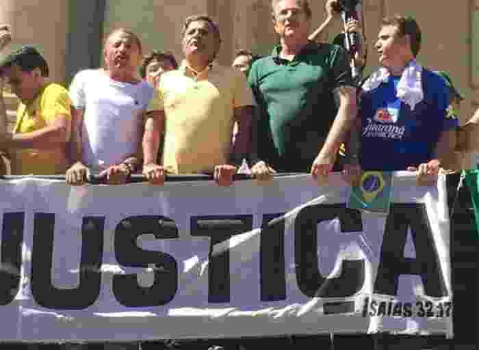 """O senador Aécio Neves (PSDB) participa de manifestação na praça da Liberdade, em Belo Horizonte, neste domingo (16). """"Chega de tanta corrupção, o meu partido é o Brasil"""", disse Aécio, em cima de um trio elétrico. É a primeira vez que o senador participa de um protesto contra a presidente Dilma Rousseff. Nos outros dois grandes atos organizados neste ano, o PSDB não apoiou oficialmente as manifestações, como fez agora. A imagem foi publicada pelo deputado federal Marcus Pestana (PSDB-MG) em seu perfil no Twitter - Reprodução/?@marcus_pestana/Twitter"""