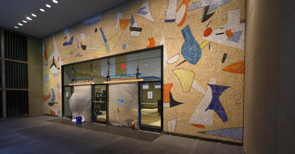 Mural de 1958 é descoberto em prédio de Manhattan após a remoção de placas de metal que o cobriam