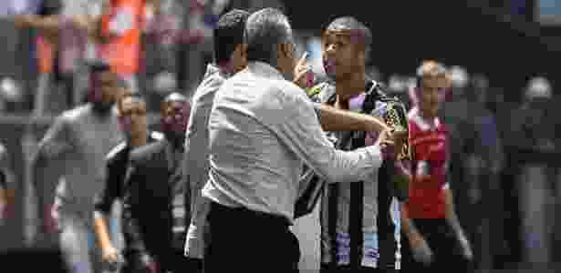 O zagueiro David Braz pede Santos ofensivo na Arena Corinthians nesta quarta-feira - Julia Chequer/Folhapress