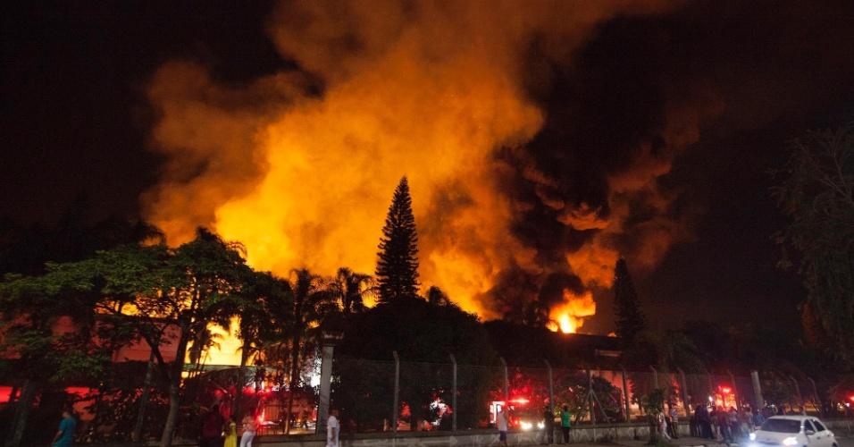 1º.jan.2016 - Um incêndio atingiu uma fábrica de papel na avenida Nagib Farah Maluf, na zona leste de São Paulo. Viaturas do Corpo de Bombeiros foram acionadas. Não há informações sobre se alguma pessoa ficou ferida