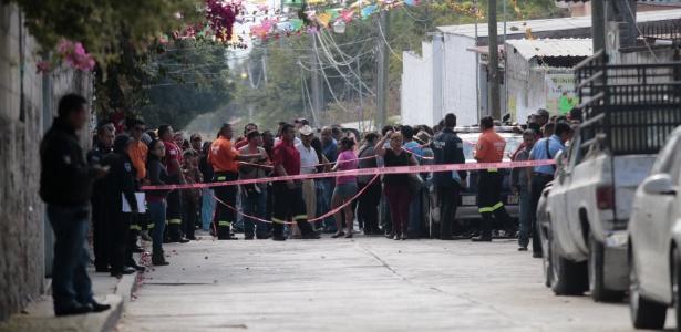 Moradores se reúnem perto da casa da política Gisela Mota, assassinada por quatro homens armados neste sábado (2), em Temixco (México)