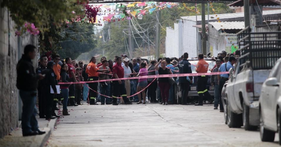 2.jan.2016 - Moradores locais se reúnem próximos a casa da política Gisela Mota, assassinada por quatro homens armados neste sábado (2), em Temixco, no México