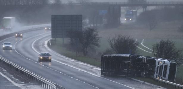 """Caminhão tombado aguarda por socorro na M9 (Escócia). O Reino Unido está sob alerta para severas condições climáticas com a chegada da tempestade """"Gertrude"""""""