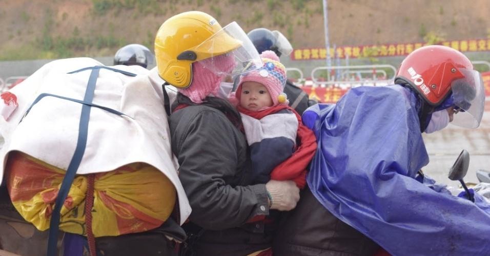 2.fev.2016 - Família se espreme em motocicleta enquanto viaja para o Festival da Primavera de Zhaoqing, província de Guangdong, na China. O festival é um dos eventos mais importantes do calendário chinês, semelhante à festa de Natal para os ocidentais católicos