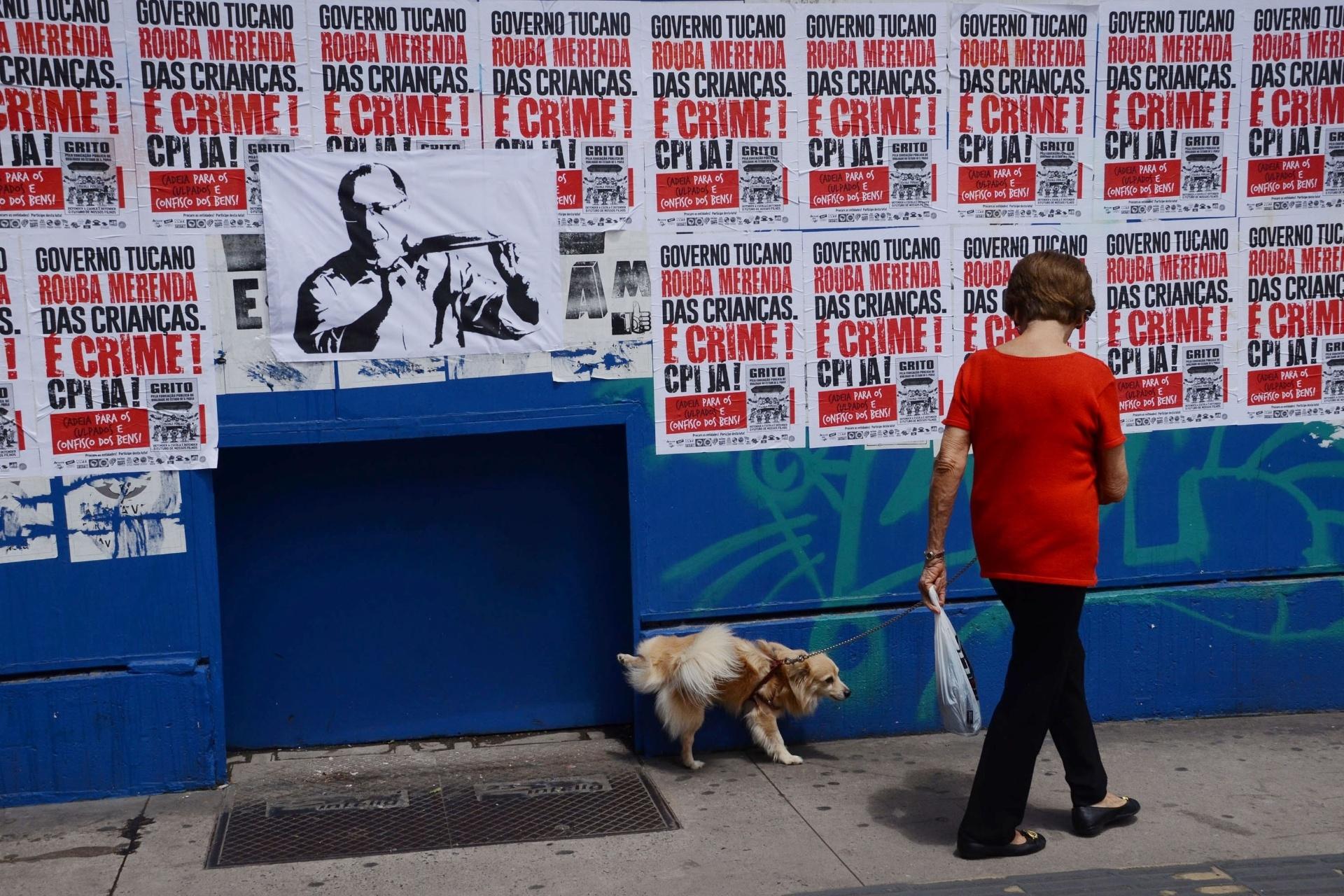 5.mar.2016 - Cartazes na avenida Paulista, em São Paulo, pedem a abertura de uma CPI (Comissão Parlamentar de Inquérito) para apurar denúncias de desvio de verbas da merenda escolar. Uma gravura com o rosto do governador do Estado de São Paulo, Geraldo Alckmin, chama a atenção