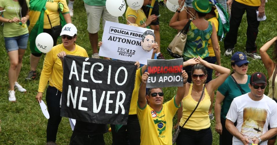 13.mar.2016 - Manifestantes protestam em Brasília. Os protestos ocorrem em ao menos nove Estados e no Distrito Federal e pedem o impeachment da presidente Dilma Rousseff (PT) e a prisão do ex-presidente Luiz Inácio Lula da Silva, investigado pela Operação Lava Jato