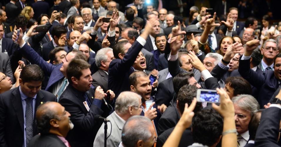 """16.mar.2016 - Deputados federais de oposição pedem a renúncia da presidente Dilma Rousseff. Eles gritam seguidamente """"renúncia"""" no plenário da Câmara dos Deputados, em Brasília"""
