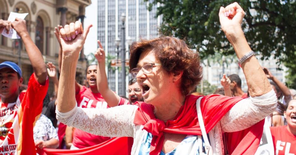 17.mar.2016 - Grupo de manifestantes distribui panfletos na região central de São Paulo (SP). Houve confusão no local após ofensas de críticos do governo. Nesta sexta, avenida Paulista será palco de manifestação a favor da democracia e do governo de Dilma Rousseff (PT)