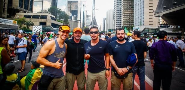 Ricardo Martinez, Rogério Padilha, Rafael Rocha e Tiago Reis, que foram à Paulista após a loja encerrar as atividades nesta quinta-feira - Edson Lopes Jr./UOL