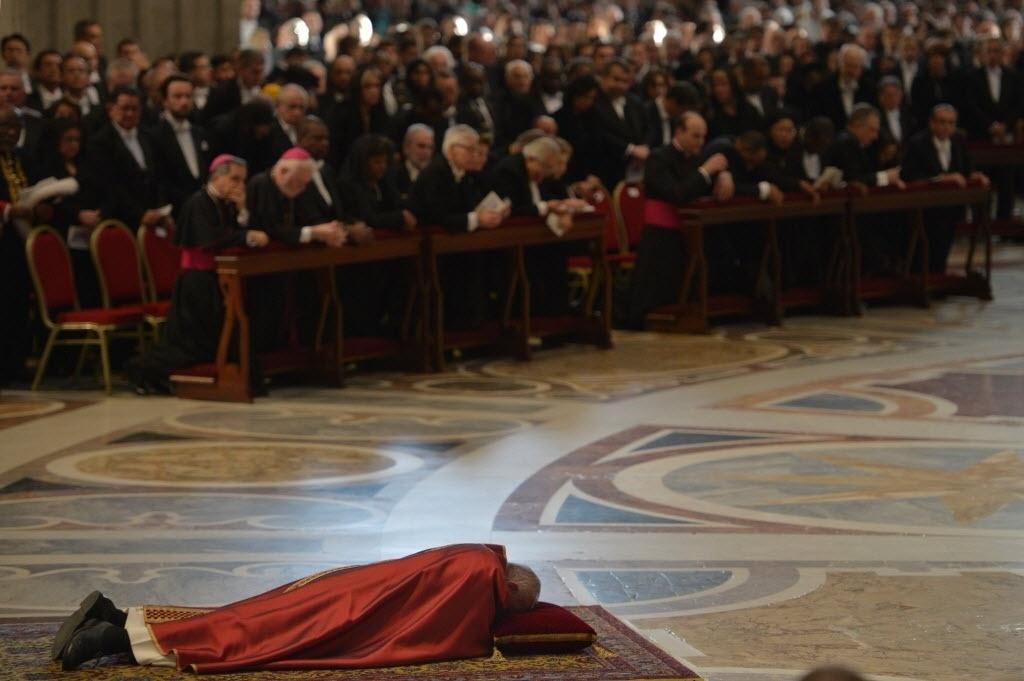 25.mar.2016 - Papa Francisco se deita e ora durante a Solene Ação Litúrgica da Paixão, rito da Igreja Católica que relembra a crucificação e morte de Jesus Cristo