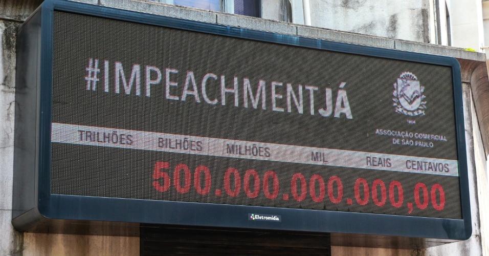 29.mar.2016 - O Impostômetro, instalado no edifício da Associação Comercial de São Paulo (centro da cidade), alcançou hoje a marca de quinhentos bilhões em impostos pagos em 2016. A entidade é a favor do impeachment de Dilma Rousseff