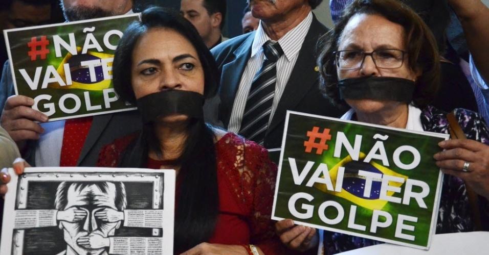 6.abr.2016 - Manifestantes protestam contra o impeachment da presidente Dilma Rousseff durante reunião ordinária da comissão do impeachment, que analisa a denúncia contra a presidente na Câmara dos Deputados, em Brasília (DF)