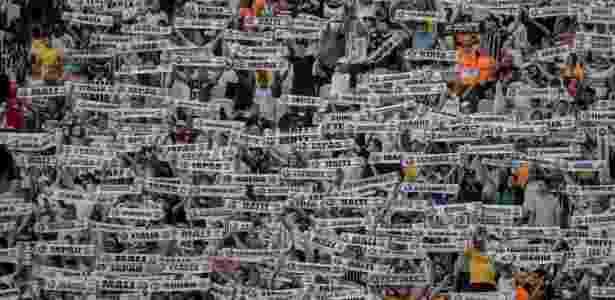 """16.abr.2016 - Em partida pelas quartas-de-final do Campeonato Paulista, contra o Red Bull Brasil, a torcida do Corinthians exibiu faixas com nomes de vários países. Foi uma forma de promover iniciativa do clube em parceria com o Centro de Referência do Refugiado de São Paulo (SP): 100 refugiados acolhidos pela entidade passarão por """"um dia de Corinthians"""", visita guiada por pontos como o Parque São Jorge, a sede social do clube, o Memorial Corinthians e o Itaquerão. O time se comprometeu ainda a oferecer a eles oportunidades de trabalho - Taba Benedicto/Estadão Conteúdo - Taba Benedicto/Estadão Conteúdo"""