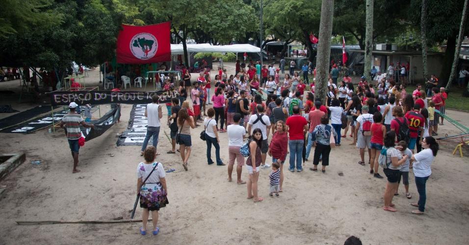 17.abr.2016 - Manifestantes contrários ao impeachment da presidente Dilma Rousseff se concentram na Avenia Rio Branco, no centro de Recife (PE)