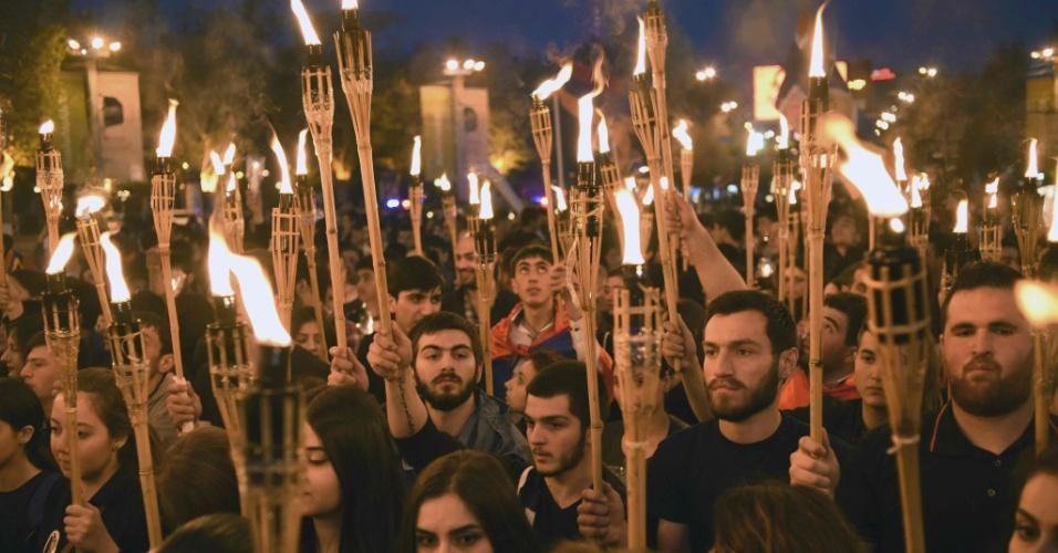 23.abr.2016 - Armênios carregam tochas durante passeata que lembra dos 101 anos do massacre de forças otomanas, em 1975. Há um século e um ano o governo Otomano da Turquia começou a prender líderes comunitários que culminou no genocídio que matou cerca de 1,5 milhão de cristãos armênios mortos no início dos anos 1920
