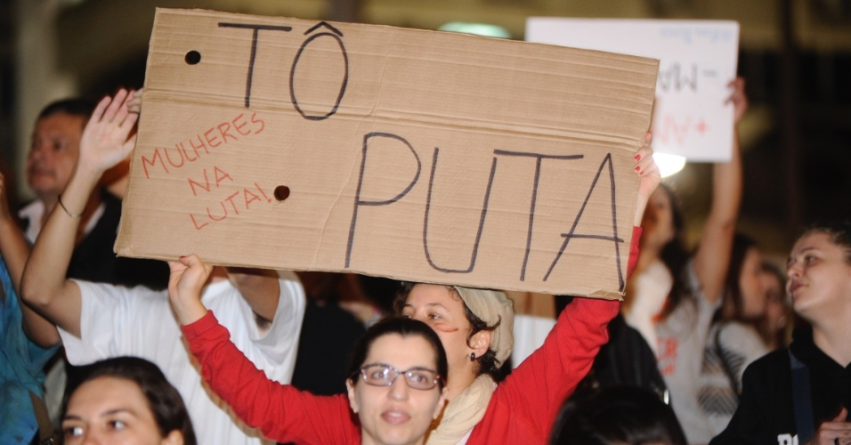 """30.mai.2016 - Ato """"Todas Por Elas"""" acontece na noite desta segunda-feira no centro de Florianópolis (SC) contra a cultura do estupro. A manifestação foi organizada pelo movimento Marcha das Vadias em solidariedade à menina estuprada no Rio de Janeiro por 33 homens"""