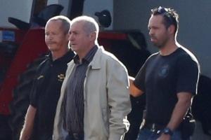 23.jun.2016 - Após sua prisão na operação Custo Brasil, Paulo Bernardo (de jaqueta clara) é conduzido por agentes ao avião da Polícia Federal
