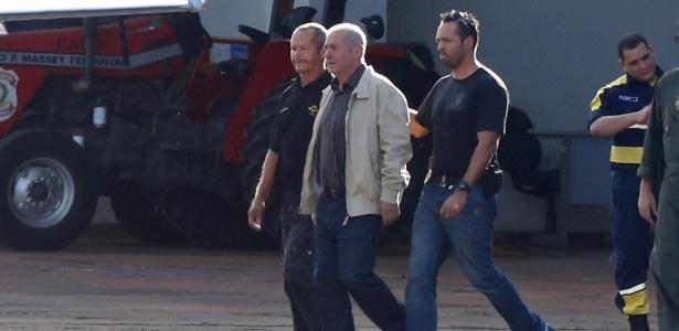 O ex-ministro Paulo Bernardo (de jaqueta clara) ao ser preso pela PF; ele já está em liberdade