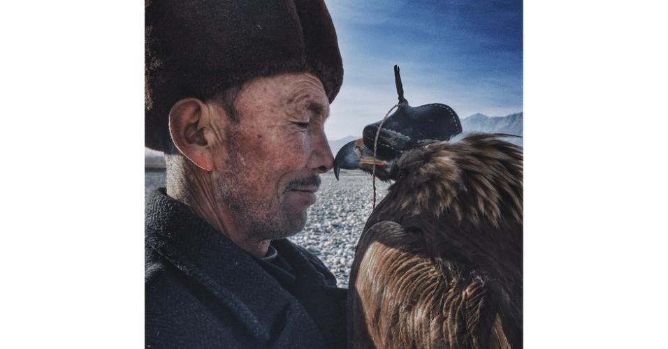 """Siyuan Niu, da China, ganhou o prêmio principal do Ippaward, concurso de fotos registradas com iPhone, como esse registro, batizado """"O homem e a águia"""". """"Os valentes e sábios khalkas vivem nas montanhas no sul da província de Xinjiang"""", explica. """"Eles veem as águias como seus filhos. Elas são treinadas para a caça. Este homem de 70 anos age de forma rígida e solene com sua família e amigos, mas esboça um sorriso quando está com sua águia."""""""