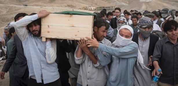 Enterro de vítima do atentado do EI no Afeganistão no último fim de semana