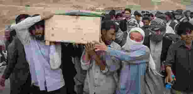 Enterro de vítima do atentado do EI no Afeganistão no último fim de semana - Adam Ferguson/The New York Times