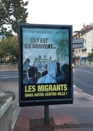 """Cartaz na cidade francesa de Béziers onde se lê: """"É isso, eles estão chegando... Os migrantes ao centro de nossa cidade"""""""