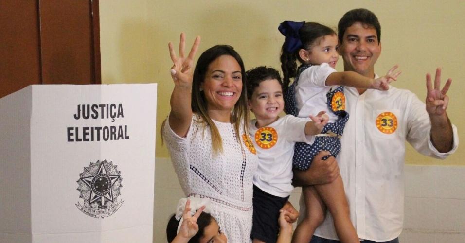30.out.2016 - Eduardo Braide (PMN) candidato a prefeito de São Luís votou no Colégio Santa Tereza, no Centro de São Luís (MA). O candidato votou acompanhado de sua esposa, filhos e apoiadores políticos