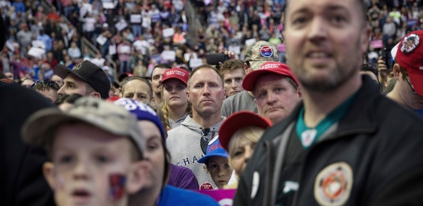 Simpatizantes aguardam discurso do candidato republicano Donald Trump durante campanha em Hershey, Pensilvânia