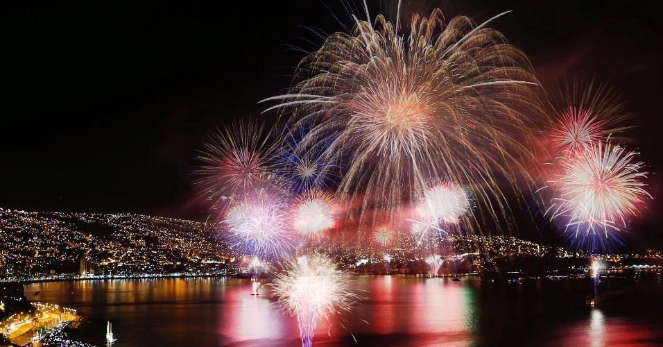 1.jan.2017 - Queima de fogos para celebrar a chegada do Ano-Novo em Valpariso, no Chile
